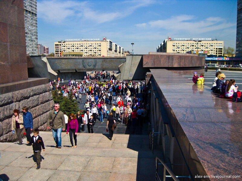 Ещё один вид площади. На заднем плане - Московский проспект.