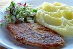 Жареная рыба с пюре и салатом