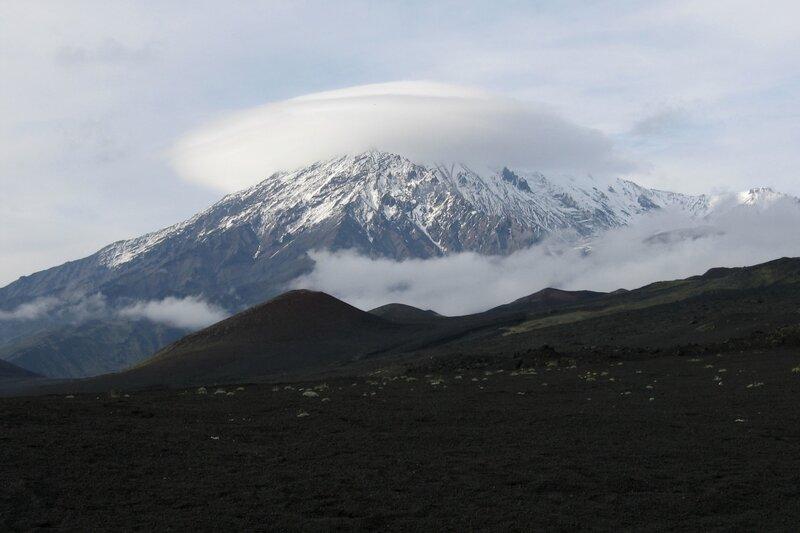 Лентикулярное облако над вулканом Острый Толбачик, Камчатка
