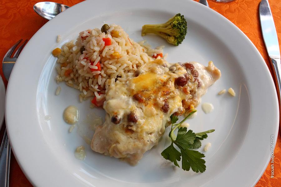 Куриное филе «По-царски», соус Бешамель с зеленью, рис отварной с овощами, капуста брокколи на пару 30 гр