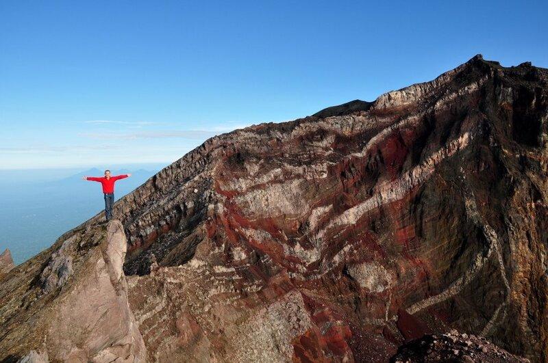 Потрясающие пространства открвыаются с вершины вулкана. Fantastically beautiful view over volcano's top.