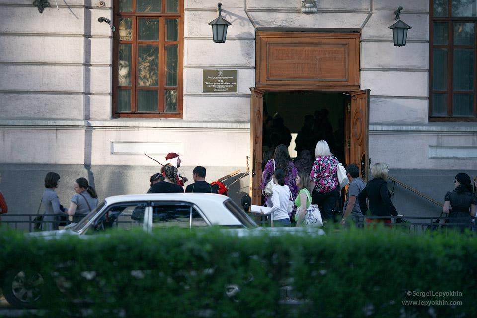 Перед вторым зданием музея, где проходили основные мероприятия, была большая активность. Акция «Ночь в музее» в Волгоградском областном краеведческом музее.