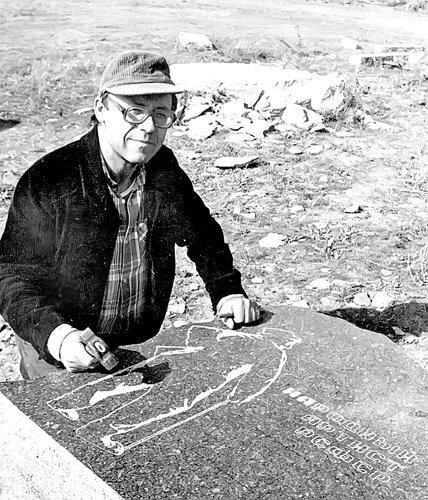 Друг Михаила Шуйдина Матвей Копыченко за работой над могильным камнем великому клоуну
