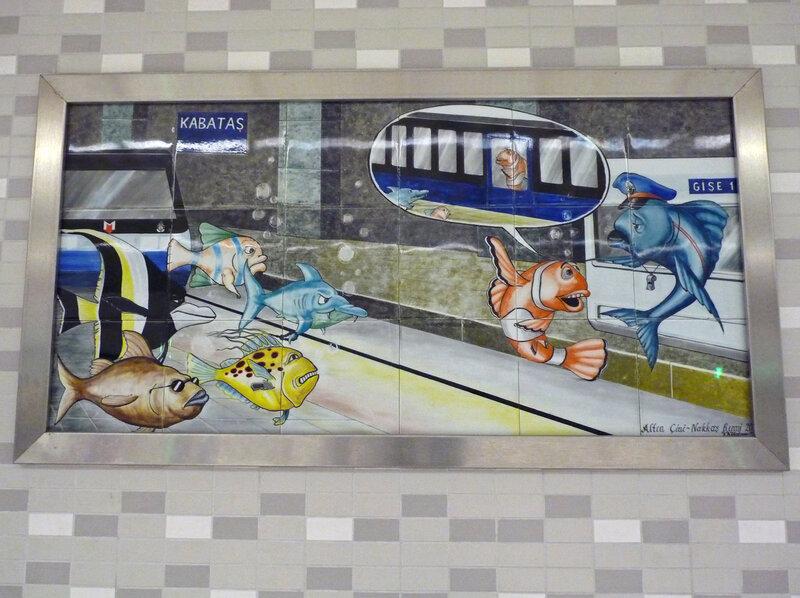 Картинки на стенах.  Кстати общая схема городского рельсового транспорта.