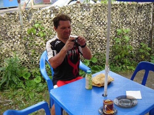 Саша фотографирует знаменитые Савеловские чебуреки