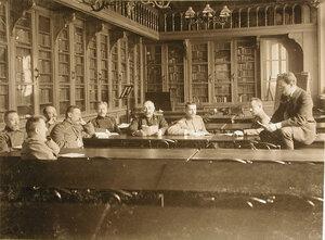 Группа офицеров в читальном зале