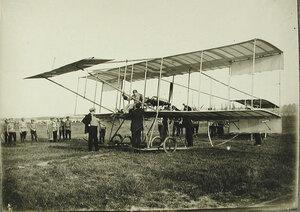 Авиаторы и военные у биплана (старого типа) конструкции французского авиатора и инженера Н.Фармана