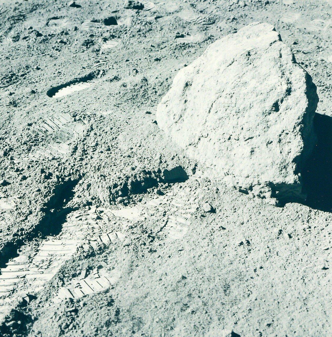 Следующую остановку (англ. Station 9) было запланировано сделать поближе к лунному модулю, на расстоянии примерно 2 км от него. На снимке: Выборки лунной породы на станции 9