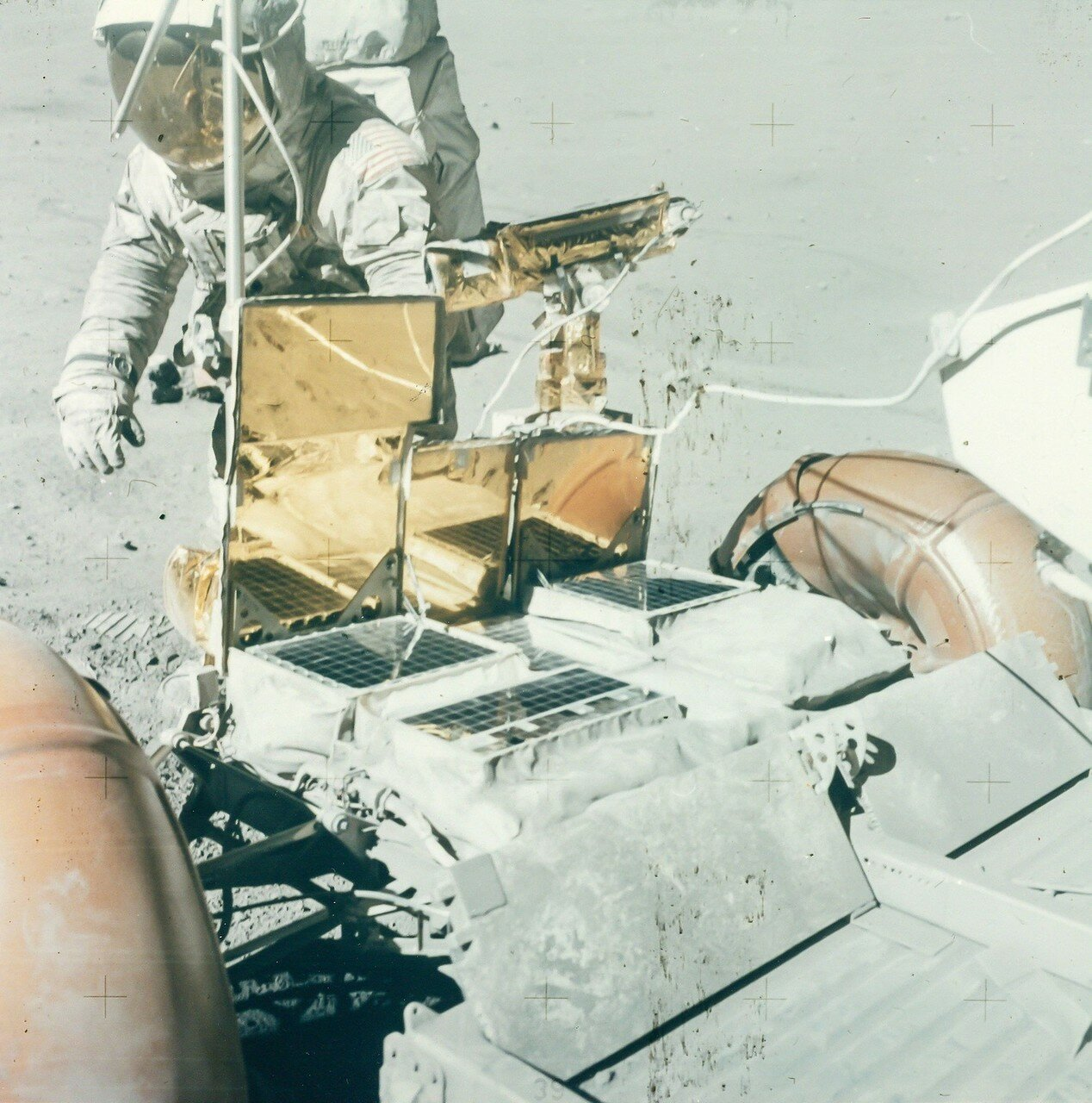 Восьмой день экспедиции, 23 апреля, был последним днём пребывания Янга и Дьюка на Луне. После третьего выхода на поверхность астронавты должны были вернуться на орбиту и присоединиться к Маттингли.  На снимке: Чарльз Дьюк возле Ровера