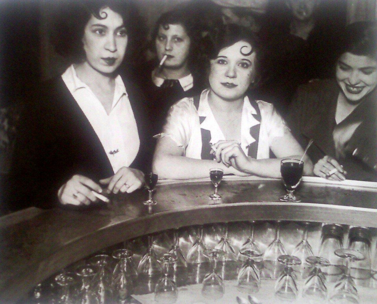 1932. Бар «Л'Аккрoш Кёр» на рю де Лаппе