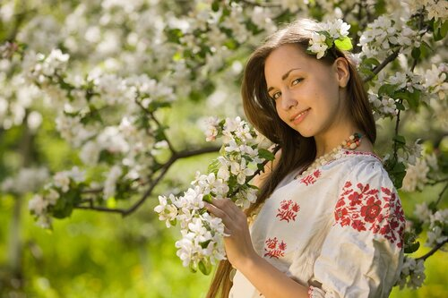 Цвет весенний и она....