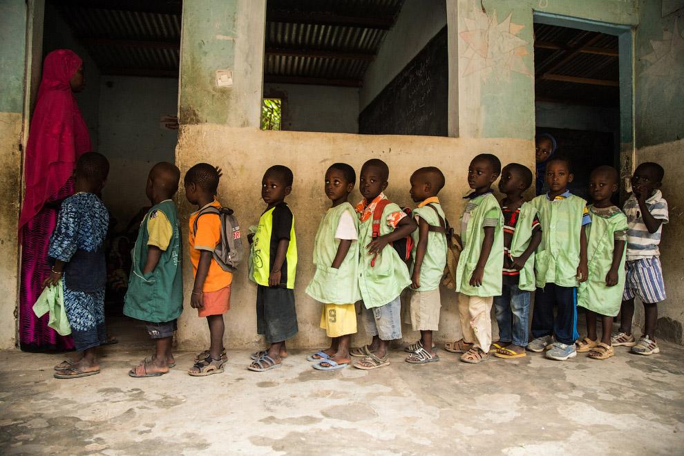 17. Коран учить — нелегкий труд. Школа в Дакаре, Сенегал.
