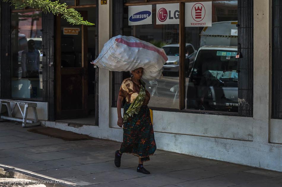 Нелегкая жизнь Танзанийскиx женщин (11 фото)