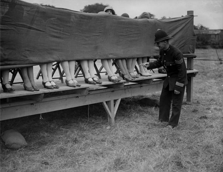 Самые красивые ножки в 1930 году выбирали именно так.