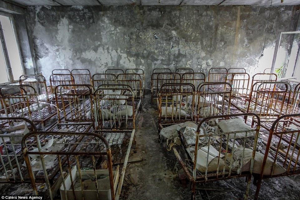 Пустая больничная палата, в которой нашли свой покой десятки кроватей.