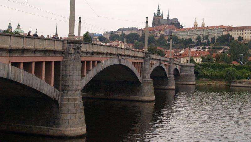 Манесов мост (чешск. Manesuv most) — следующий по течению Влтавы после Карлова. Его назвали в честь