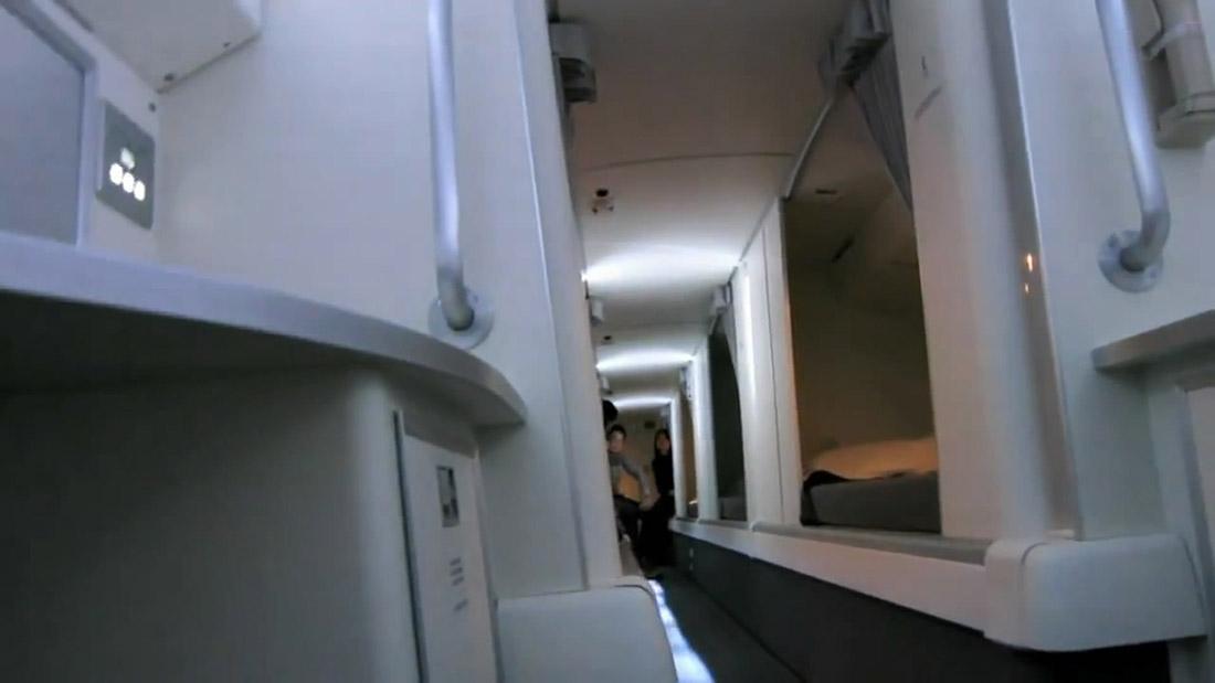 6. На самолете 787 эта лестница ведет вот к такому люку…