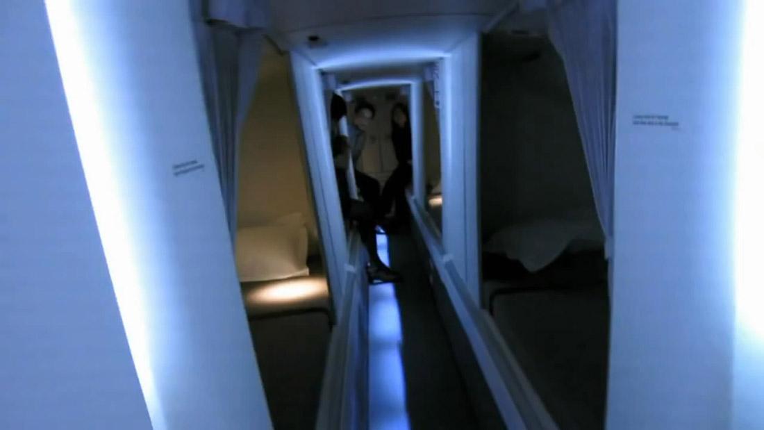 13. Как видно, из-за этого здесь немного мрачновато. В задней части коридора сидят три стюардессы.