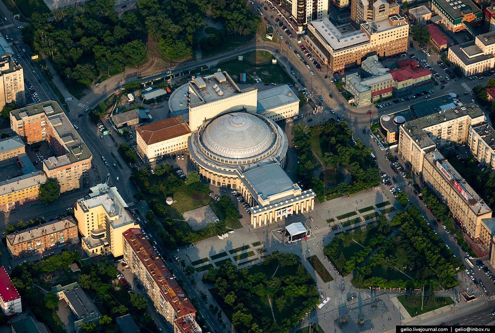 9. Это самое большое из театральных зданий в России. За свои огромные размеры театр также назыв