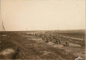 Солдаты 1-й роты 7-го железнодорожного батальона во время постройки ширококолейного тупика для разгрузки прибывающего имущества парка.