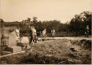 Солдаты батальона во время работы у походной кузницы.