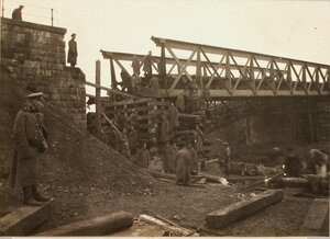 Солдаты во время восстановления моста через реку Млечку.