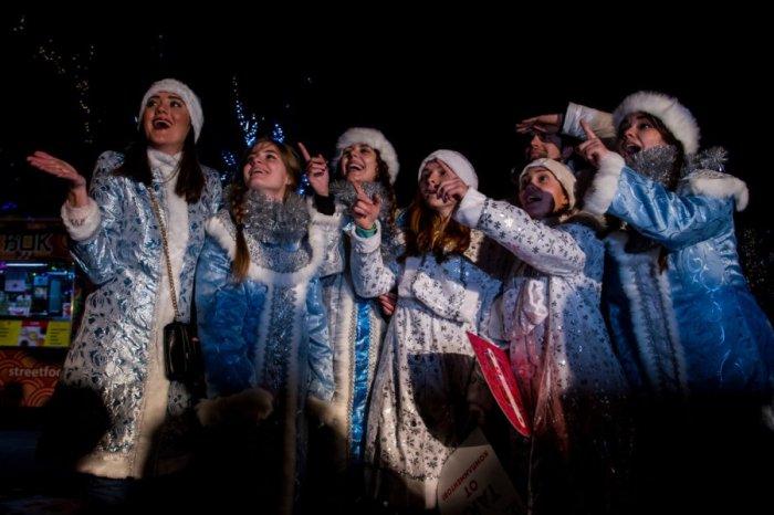 В столице накануне Старого Нового года состоялся парад Снегурочек