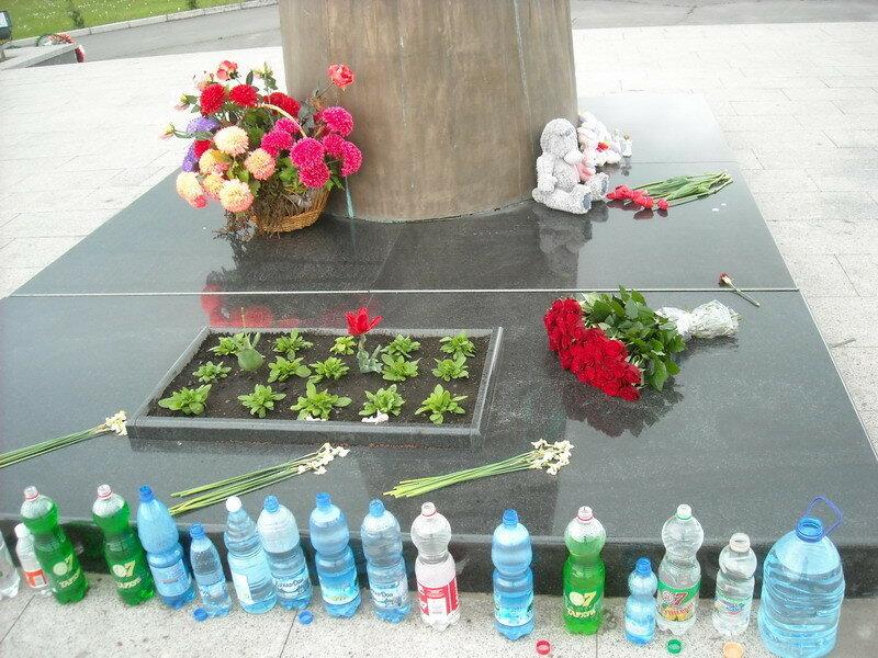 Город Ангелов (Беслан). На кладбище пахнет цветами. Не увидел ни одного искусственного