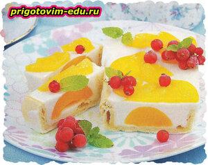 Нежный пирог с персиками и смородиной