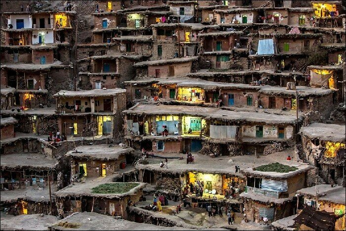 Горная деревня Масуле, Иран Все дома здесь построены в виде ярусов: крыши нижних домов становятся улицей для верхних.