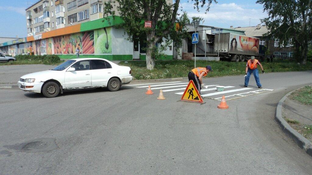окрашивают пешеходный переход