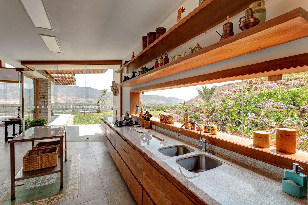 Огромная кухня в частном доме