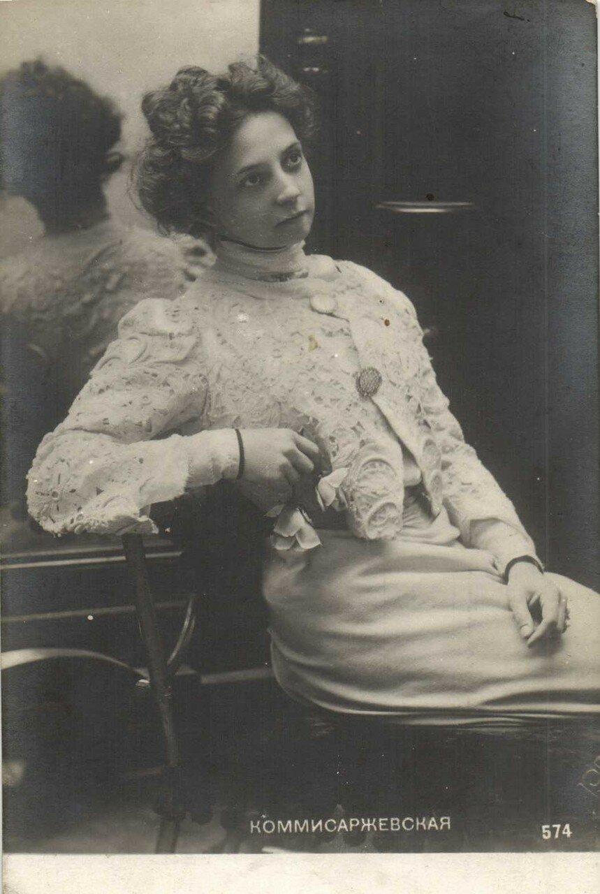 В 1891 году в Санкт-Петербурге Вера Комиссаржевская впервые выступила на любительской сцене в Морском собрании Флотского экипажа в роли Зины (пьеса «Горящие письма» П. П. Гнедича).