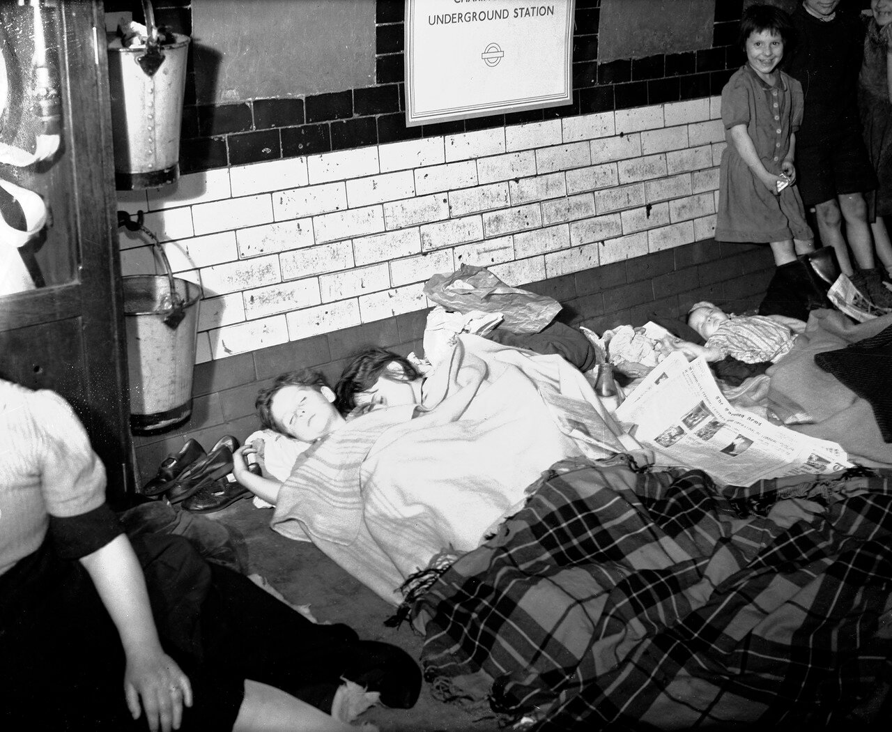 1940. Дети спят на платформе станции лондонского метро, где они укрывались со своими семьями во время ночных бомбардировок