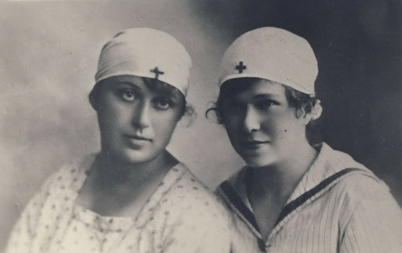 1918. Нина Савельевна Лясс (на фото справа) - медсестра