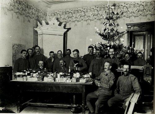 Weihnachtsbescherung 1915 bei der Kriegsmappierugsabteilung 3.