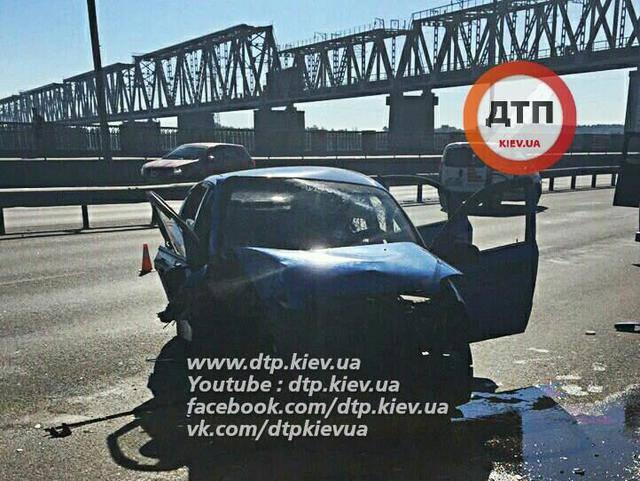 Такси в Киеве влетело в трансформаторный щит - погибла пассажирка. ФОТОрепортаж