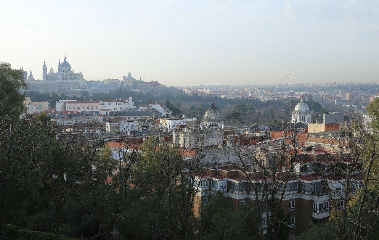 Мадрид. Западный парк (Parque del Oeste). Вид на Королевский дворец и собор Альмудена
