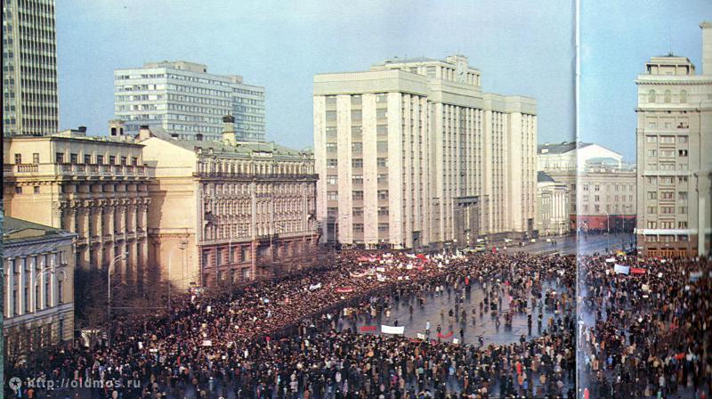 5. Фото 1990 г. Перестройка. Митинг. В 1990-х годах под Манежной площадью был построен крупный подзе