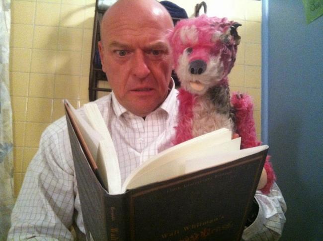 © Dean Norris  АХэнк читает бедному животному страшную сказку наночь.  Теория большого вз