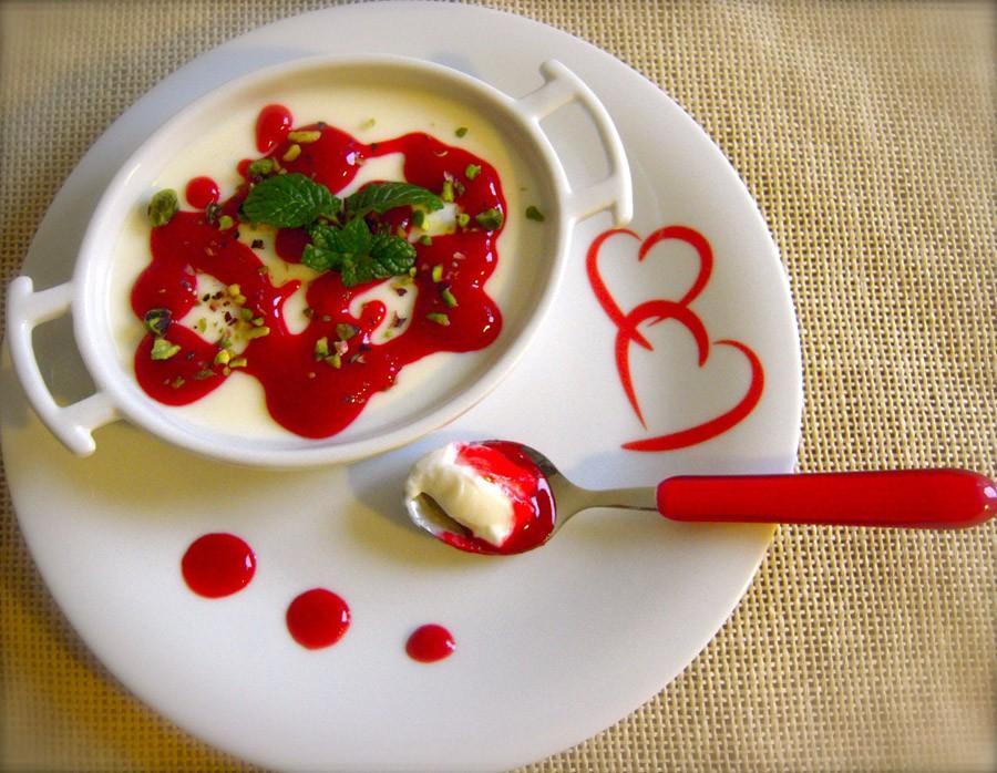 4. Панна котта (итал. Panna cotta — «Варёные сливки») — северо-итальянский десерт из сливок, сахара