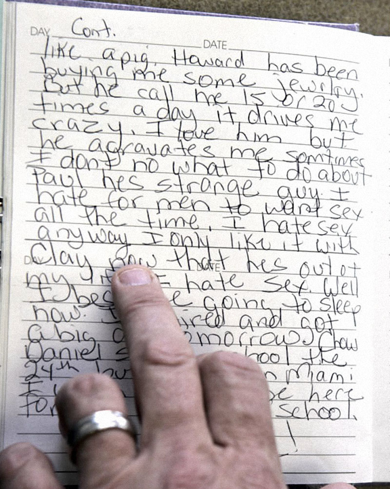 Директор музыкального аукциона Дуг Норвайн читает строчку из дневника Анны Николь 5 апреля 2007 года