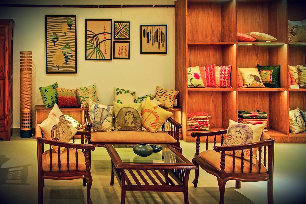 Индийский интерьер. Как видите, здесь большое количество подушек, воздушность в мебели и теплые отте