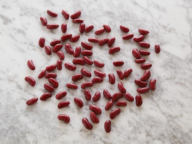 9. Красная фасоль (консервированная) 82 штуки = 100 калорий