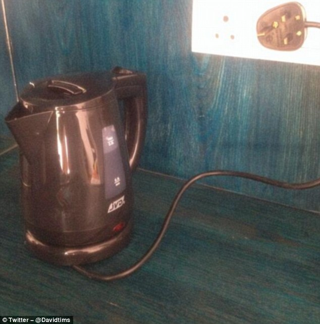 Отель не подумал, что вилка не очень-то подходит к розетке, и все равно купил такие чайники. Потому
