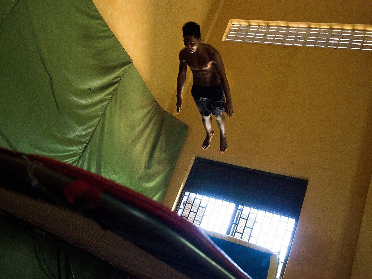 В доме есть комната с батутом и 6-метровым потолком. Правда, неизвестно, насколько батут большой, но