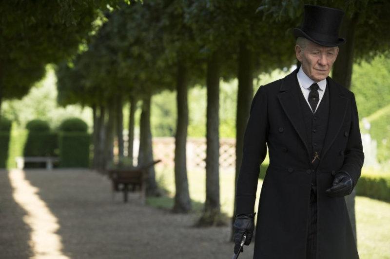 Иэн Маккеллен играет Шерлока Холмса, в первую очередь, как старика в возрасте 93 лет, усталого и