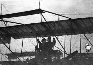 Летчик М.Н.Ефимов с пассажиром революционером и ученым Н.Морозовым в аэроплане перед полетом.