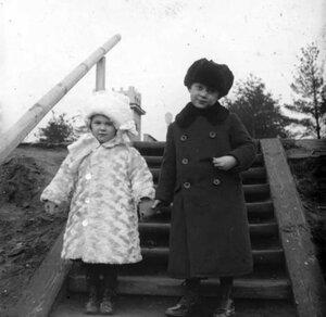1910. На ступеньках платформы «Новогиреево»