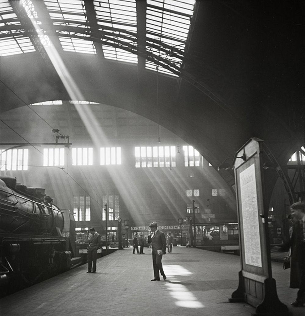 1930. Солнечные лучи просачиваются на железнодорожную станцию в Лейпциге